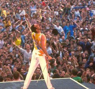Freddie_mercury_live_8